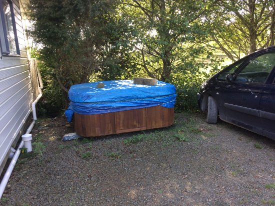 Mangawhai, Nuova Zelanda: spa pool in the carpark (we were told it wasn't working and offered to use another communal one)