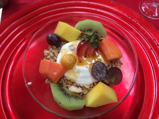 Trogon House and Forest Spa : Breakfast :yogurt, fruit, granola