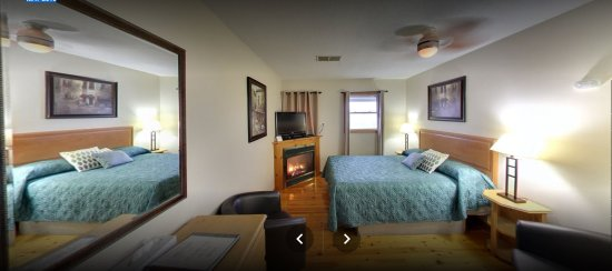 Prescott, Kanada: Queen Bed  roomwith fire place