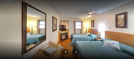 Prescott, Canada: Two double beds Bed  room with fire place