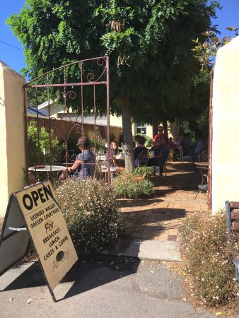 Evandale, Australia: Ingleside Baker Cafe outdoor dining area