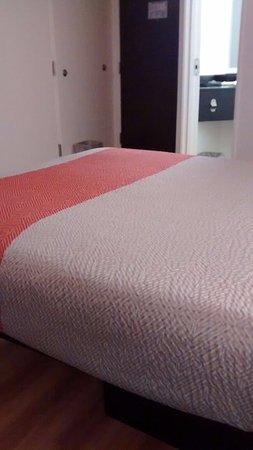 Motel 6 Orlando International Drive: Cama e porta de entrada
