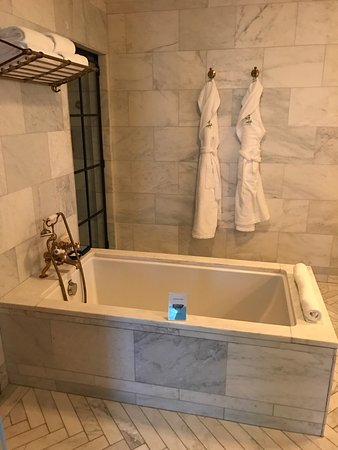 Greenwich Hotel : The marble tub, my room, the lobby area