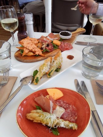 Milsons Point, Australië: The antipasto platter and stuffed zucchini flowers