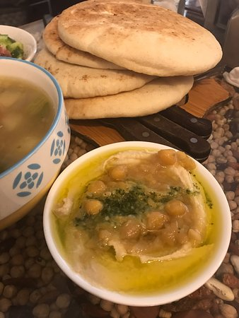 Hummus Ben Sira: Овощной суп, лепешки и хумус