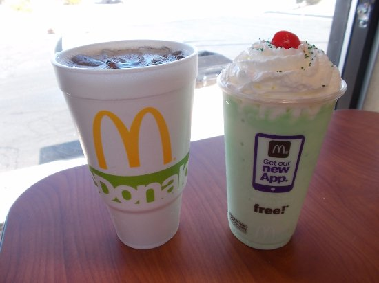 ‪‪Needles‬, كاليفورنيا: McDonald's, Needles, CA. Iced Tea & a Shamrock Milkshake‬