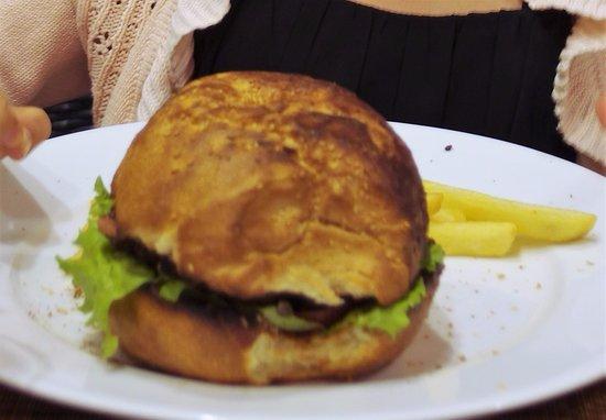 Red Sky Bar & Restaurant : The Red Sky Burger