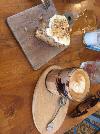 Sister Srey Cafe: Délicieux Mocha et Carrot Cake servie d'une façon très originale