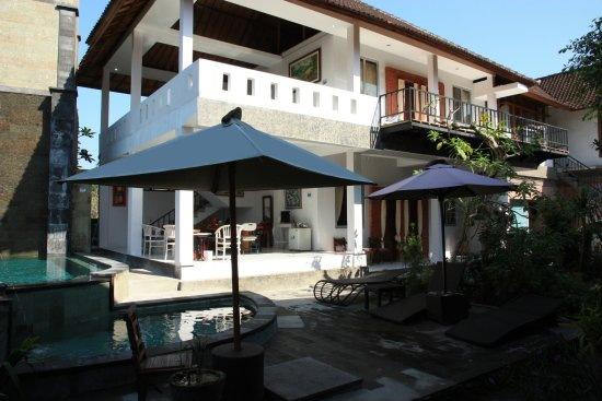 Oka Kartini Bungalow: Hotel building