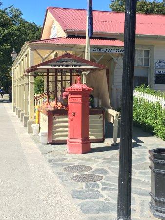 Arrowtown, New Zealand: street shack - Dam good Fruit