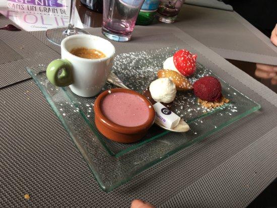Auvers-sur-Oise, Fransa: Palette du peintre et son café ou thé