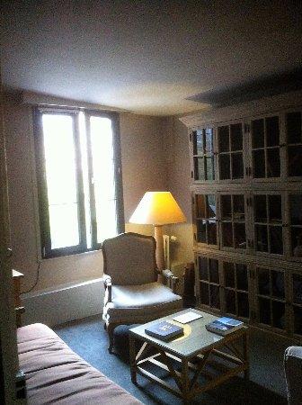 tacot sous le porche de La Licorne - Photo de Hotel La Licorne ...