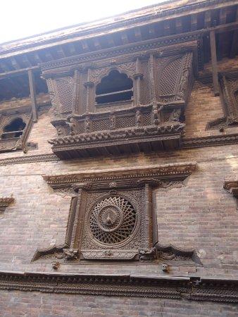 """Bhaktapur, Nepal: Tak wygląda""""pawie okno""""w całej okazałości- bogato aż po sam dach."""