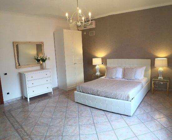 Villa Charme: Suite Con Letto Matrimoniale, Divano Letto, Bagno Con Vasca E  Doccia
