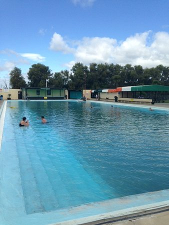 Thames, New Zealand: Main pool with sauna bath in background