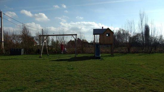 Ichtegem, Bélgica: Speelruimte buiten plus ook nog een trampoline en enkele wippertjes