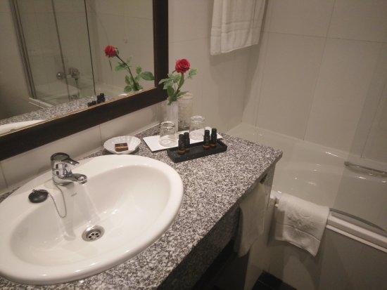 mit Wanne und Glasabtrennung beim Duschen - Bild von PortoBay ...