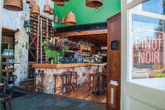 Neutral Bay, Australië: A warmly lit bar