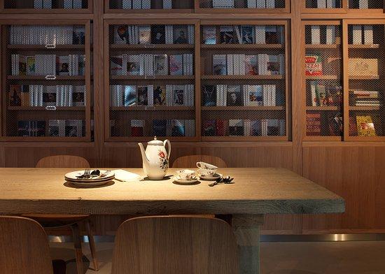 mob hotel paris les puces restaurant librairie photo. Black Bedroom Furniture Sets. Home Design Ideas