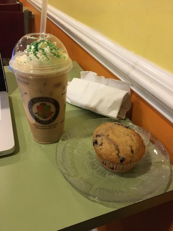 Cheshire Coffee : Iced Shamrock Latte + Muffin
