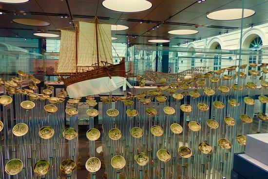 Musée des civilisations asiatiques : The shipwreck exhibit in a wave pattern