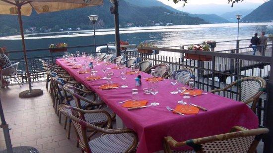 Porto Ceresio, Italia: Outside table setting