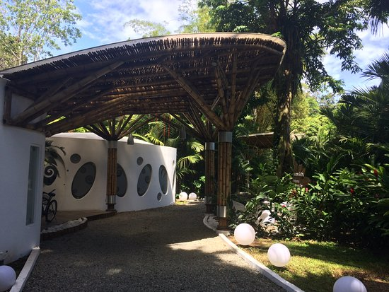 Cocles, Costa Rica: View of hotel entrance