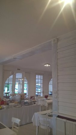 Stella-Plage, Francia: breakfast room : painting halfly done not finished (2nd layer needed)