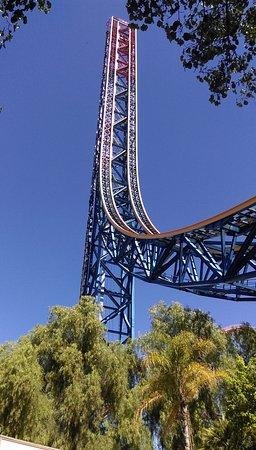 Six Flags Magic Mountain : superman, met aan weerszijden een vrijevaltoren