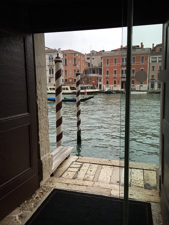 Hotel Palazzo Barbarigo Sul Canal Grande: Standard room and view from lobby.