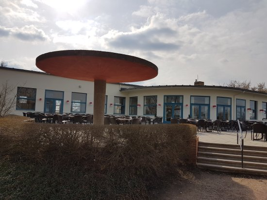 Dessau, Deutschland: Das Kornhaus von der Terasse aus fotografiert. Die schöne Seite mit dem Rundgang ist leider eing