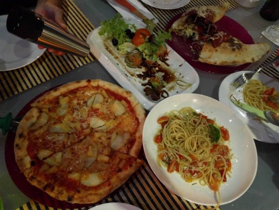 Pantai Tengah, Malaysia: We shared main courses