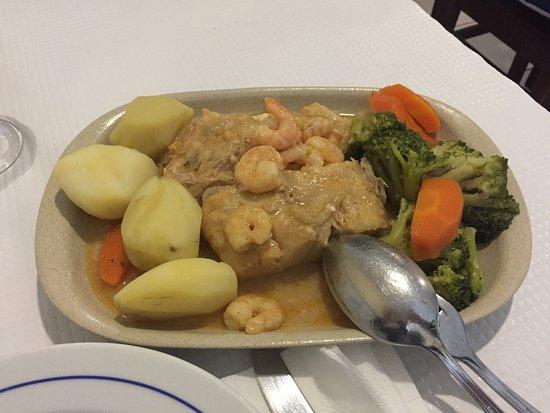 Portalegre, โปรตุเกส: Lombos de Perca com gambas e legumes. Mais uma ótima opção do Restaurante Poeiras.