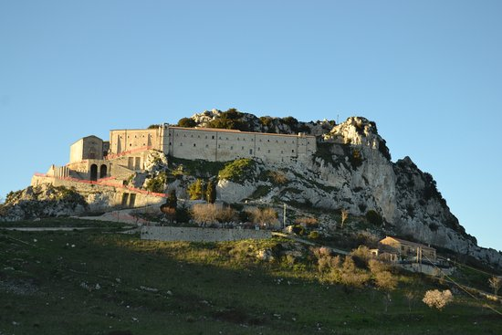 Caltabellotta, Italia: Le bande rosse indicano il perimetro interdetto per lavori in corso.