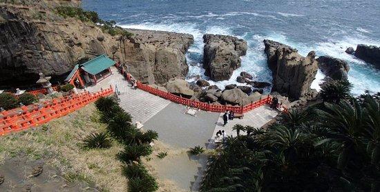 Udo Shrine: 神社を見下ろしたところ。本殿は左側の岩の影にあります