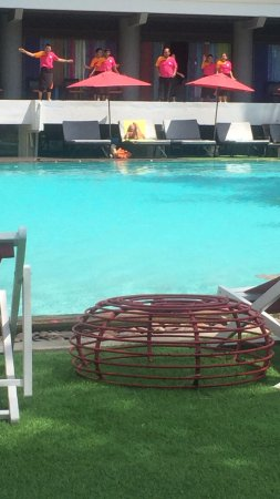 Patong Beach Hotel: Pool and Staff Announcing Happy Hour