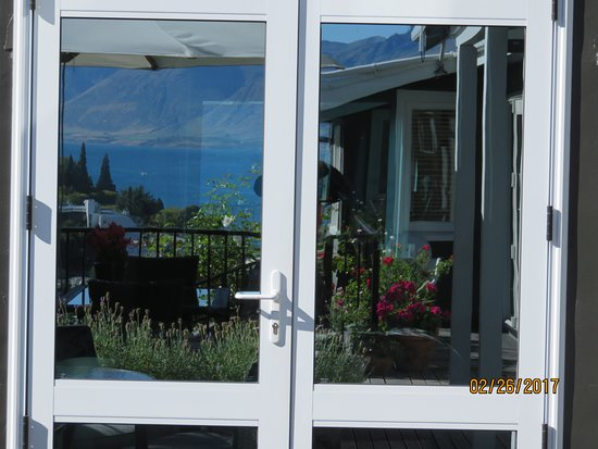 Queenstown House Boutique Bed & Breakfast & Apartments: Can't see into our room from the patio