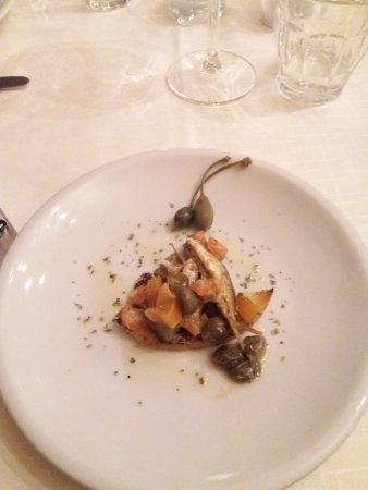 Cantina de la Mirleta: crostino offerto con pomodorini e alici
