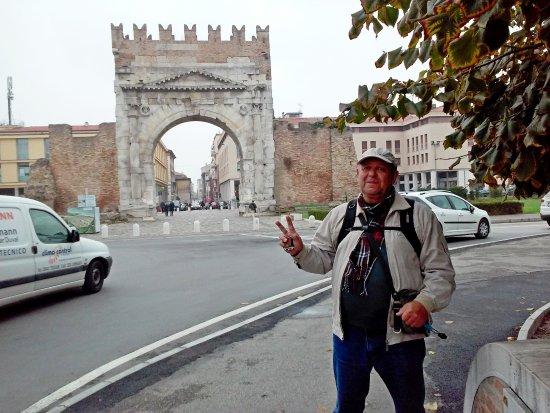 Arco d'Augusto: Знаменитая Арка Августа ( в древности город был окружен мощной крепостной стеной с воротами)