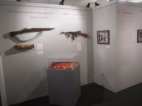 Matewan, Virginia Occidental: These period firearms are a stunning and dark attraction of the armed conflict