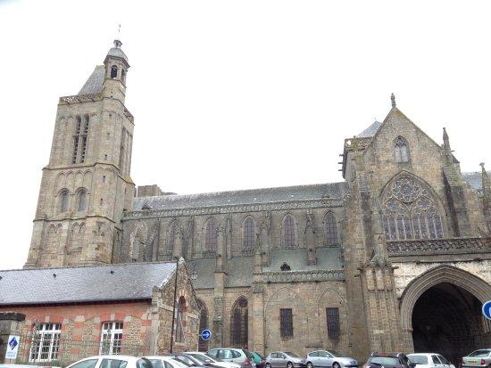 Ντολ-Ντε-Μπρετανί, Γαλλία: Vue extérieure de la cathédrale