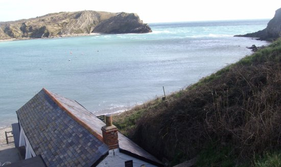 West Lulworth, UK: The house on the cove beach provides refreshment with outside tables