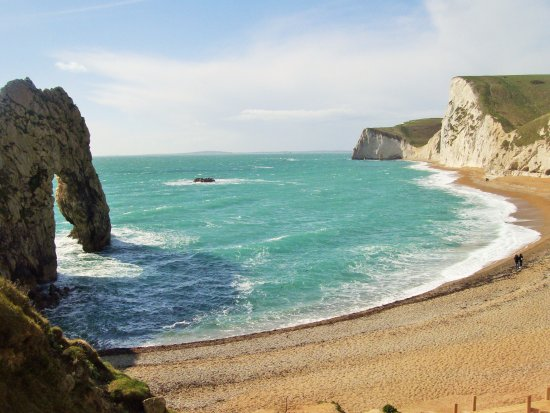 West Lulworth, UK: Durdle Door arch and pebble beach accessed by steep stairway