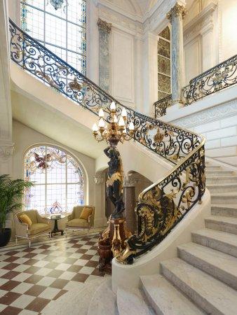 Shangri-La Hotel Paris: Grand escalier