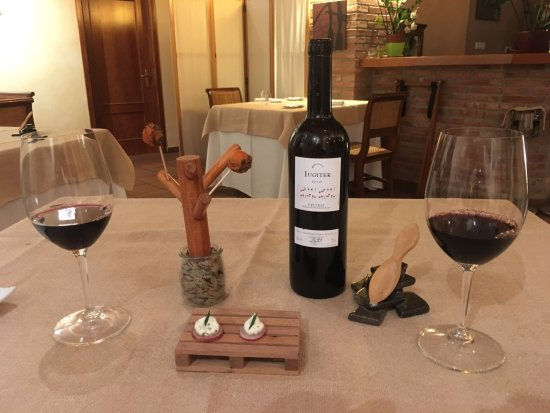 Cornudella de Montsant, Spanien: Local wine and the first app course!