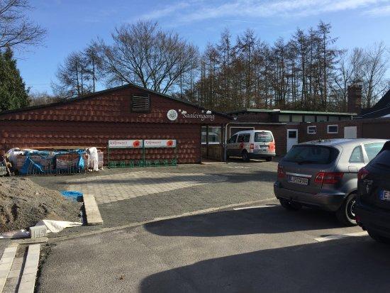 Waltrop, Deutschland: Parkplatz und Anbau