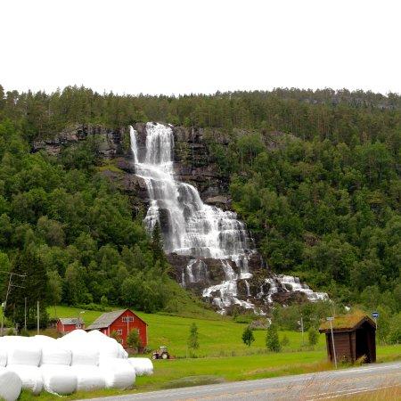 Gudvangen, Noruega: Another random falls on the roadside.