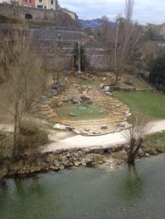 Pont en Royans, Francja: Au pied de l'hotel, un parc en bordure de La Bourne et proche des maisons suspendues.s