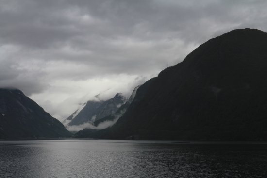 Sogn og Fjordane, Noruega: Another view of Sognefjord in a rainy day.