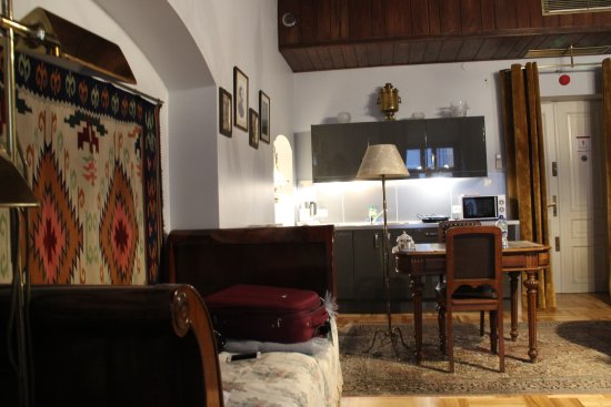 Orlowska Townhouse: Single bed with small fully-equipped kitchen (including dishwasher) behind.